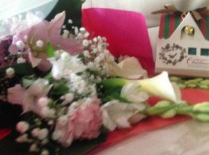 華やかなお花と、美味しいチョコレート